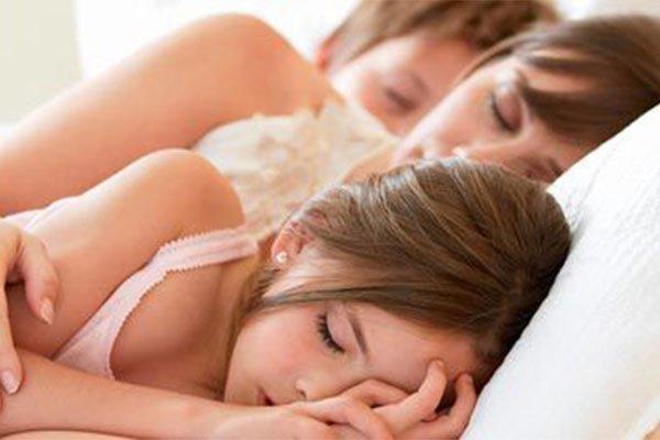 famiglia che dorme in un lettone