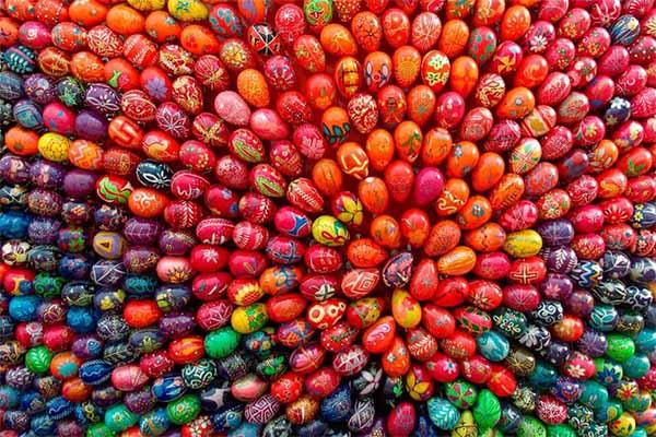uova di pasqua colorate tutte vicine