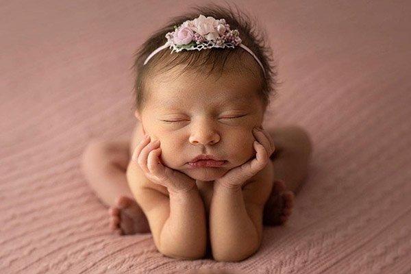 neonato in posizione frog